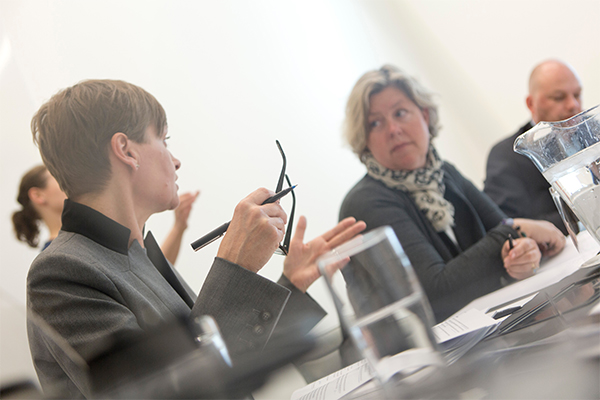 To kvinder taler sammen i møde